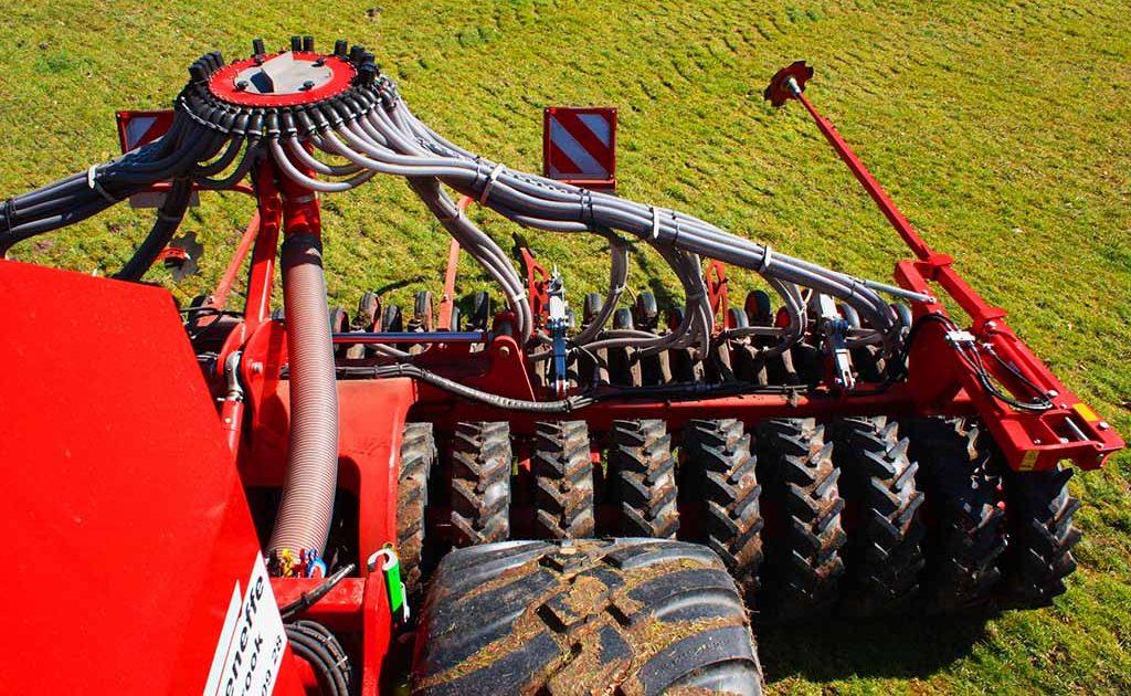 Fendt 933 Vario mit einer Drillmaschine der Firma Horsch, Modell Pronto 6 AS PPF
