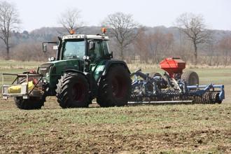 Grünlandpflege im Frühjahr Lohnunternehmer Peter Deneffe